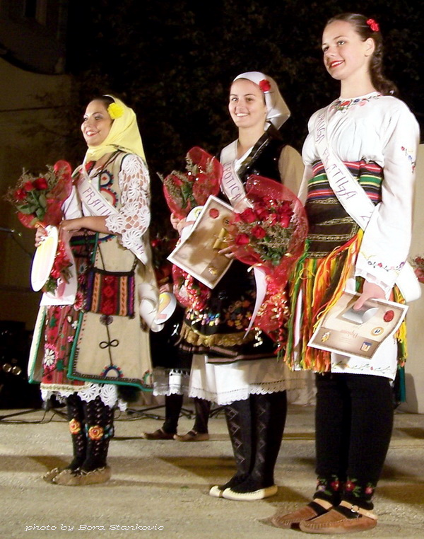 TAMOiOVDE-Sabor igre 2014. u Slatini-Milica-Dragić-lepotica-sabora-u-srediniTijana-Radisavljević-najbolji-vokalni-solista-desno