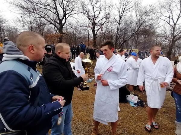 Gradonačelnik uručuje pehar